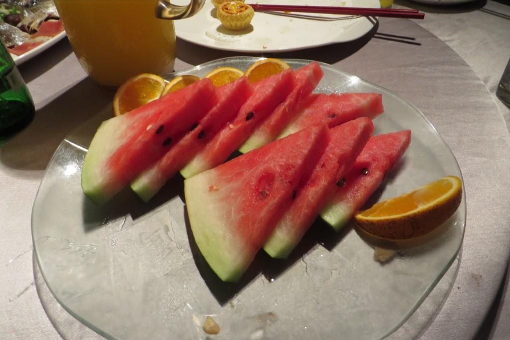 Und zum Abschluss gibt es immer Obst. Die Wassermelone schmeckt hier wesentlich intensiver als in Deutschland