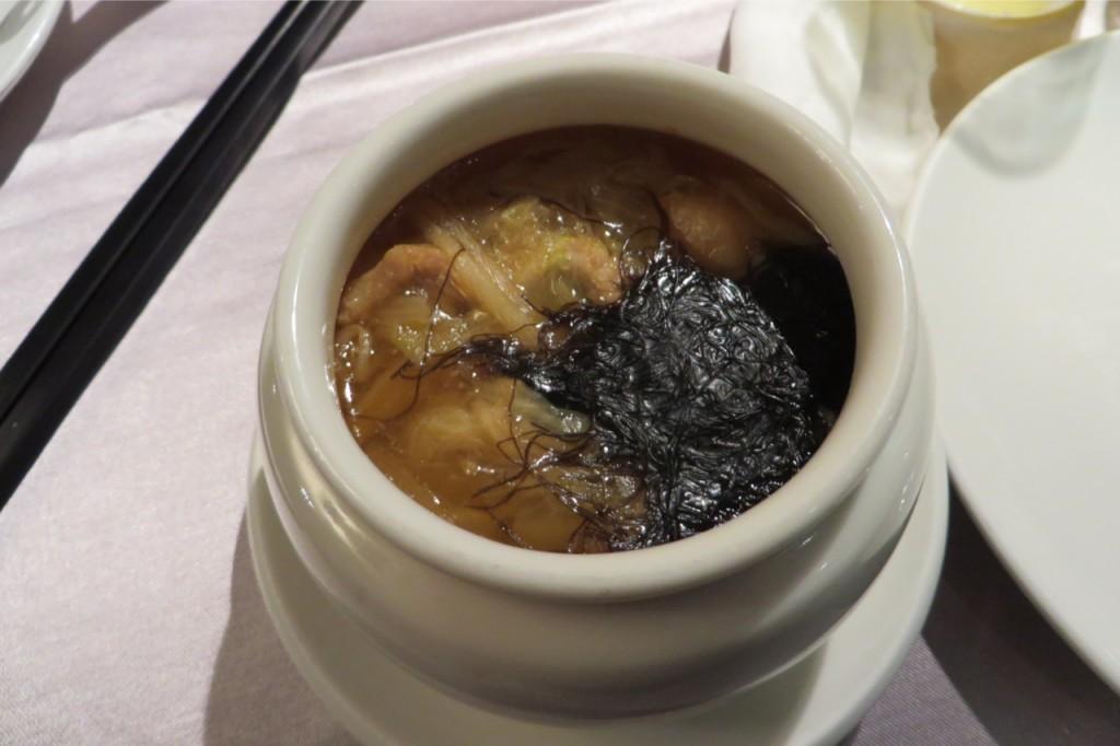 Eine extrem heiße Suppe mit allerlei Pilzen, vermutlich Algen und Seafood