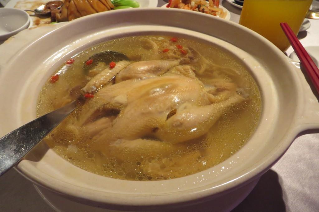 Hühnersuppe. Also Brühe mit einem ganzen Huhn darin. Das zerkleinert man mit der Suppenkelle. Verrückt.