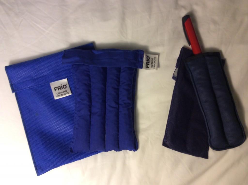 Links die Vorratstasche, rechts die etwas kleinere für den Boluspen